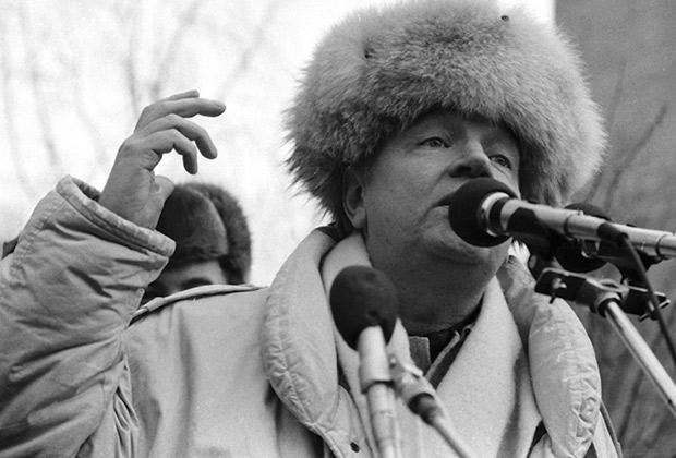 Поэт Андрей Вознесенский выступает на открытии мемориальной доски на доме №28 по Малой Грузинской улице в память об актере и поэте Владимире Высоцком, 1988 год