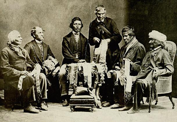 Вожди шести индейских племен демонстрируют свои вампум-пояса, Канада, 1871 год