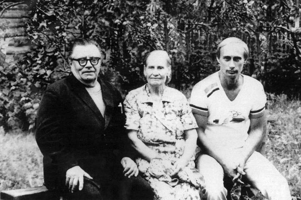 Владимир Путин с родителями перед отъездом в ГДР, 1985 год