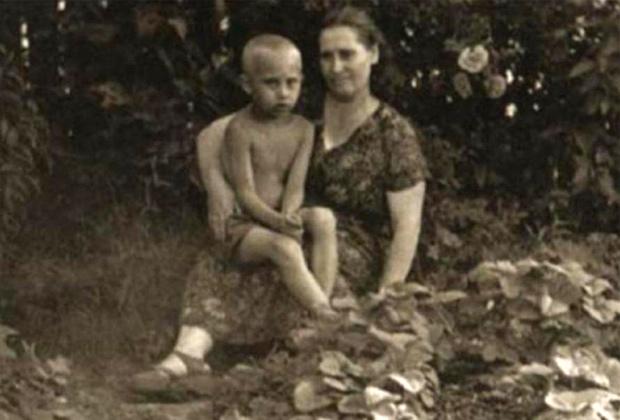 Владимир Путин в возрасте 6 лет со своей матерью. 1958 год