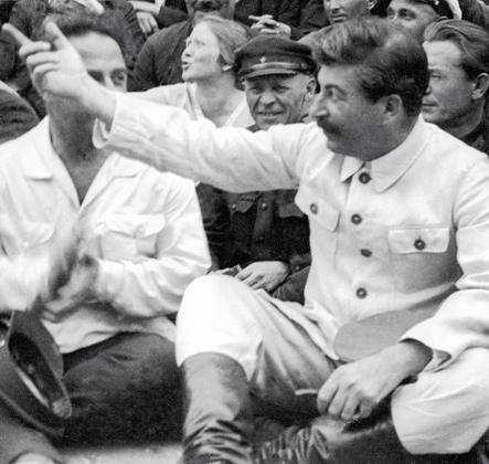 И. В. Сталин (справа) с группой делегатов I-го съезда колхозников-ударников, 1933 год