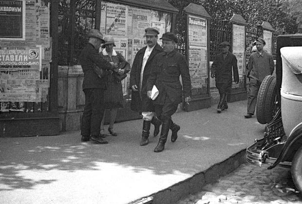 Иосиф Сталин (слева) и Сергей Киров (справа) направляются на заседание XVI съезда ВКП(б), 1930 год
