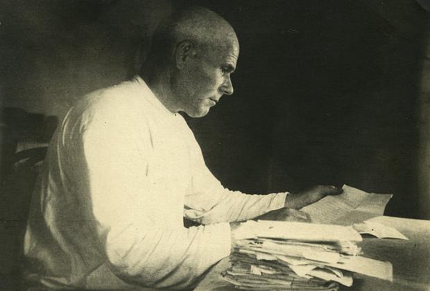 Ферапонт Петрович читает письма, пришедшие ему с фронта