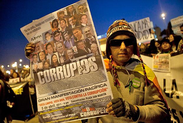 Участник акции протеста против решения Верховного Суда Перу о снижения срока приговора советнику президента Перу Владимиро Монтесинос за соучастие в убийстве оппозиционеров, 2012 год