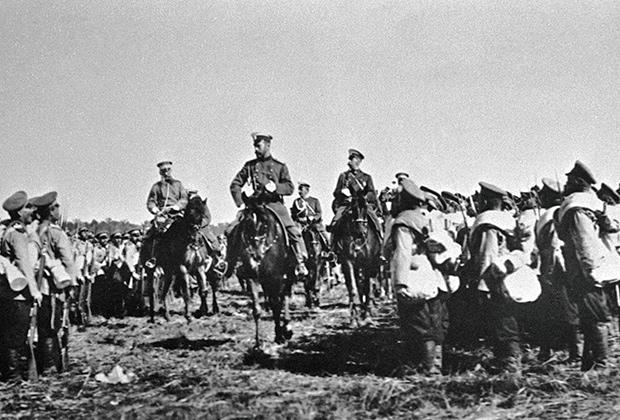 Император Николай II объезжает строй пехотных полков, отправляющихся в Маньчжурию