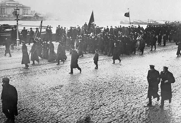 Участники студенческой демонстрации на Университетской набережной во время революции 1905года