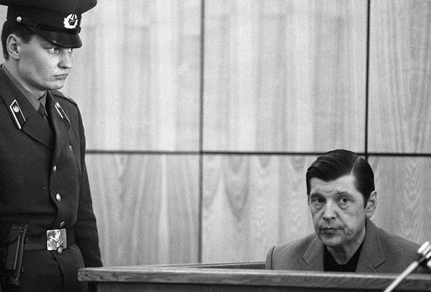 Бывший первый заместитель министра внутренних дел СССР Юрий Чурбанов (справа) на скамье подсудимых, сентябрь 1988 года
