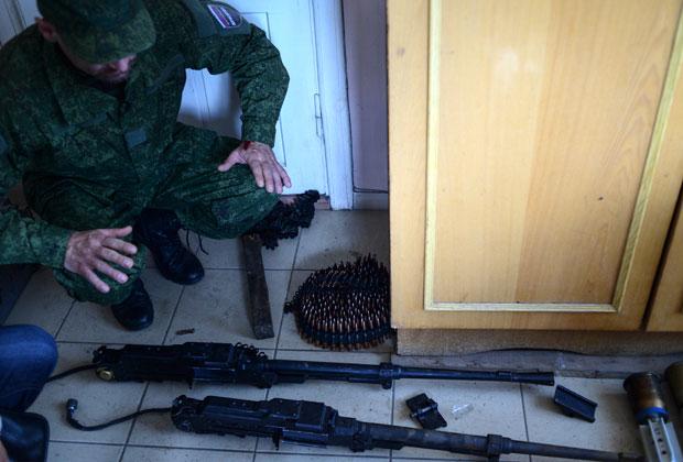 Алексей Мозговой демонстрирует захваченное оружие