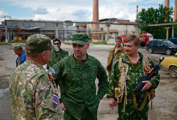 Алексей Мозговой (в центре) разговаривает с бойцами в расположении батальона в Лисичанске