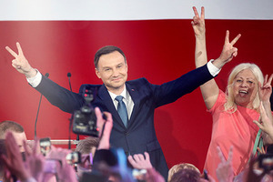 Andrzej Duda, presidential candidate of the Law and Justice Party (PiS) flashes a victory sign as he addresses his supporters after the results of the exit polls on the second round of presidential elections in Warsaw, Poland, May 24, 2015. Andrzej Duda's shock win in Poland's presidential election has capped a rapid rise from backroom obscurity to head of state, and may herald a new political chapter in eastern Europe's biggest economy.          REUTERS/Kacper Pempel  - RTX1EE97