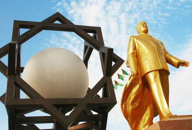 Памятник Сапармурату Ниязову в Ашхабаде