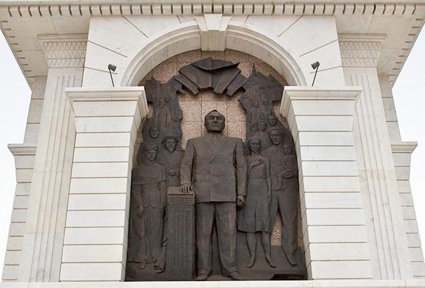 Фрагмент монумента «Казахская нация» с барельефом Нурсултана Назарбаева, Астана.