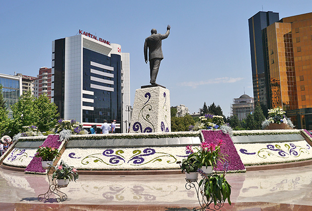 Памятник Гейдару Алиеву в Баку