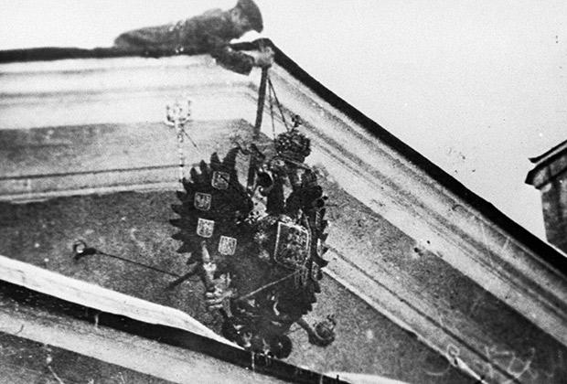 Революционер сбрасывает царский герб, февраль-март 1917 года