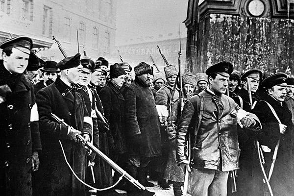 Народная милиция ведет в Таврический дворец переодетых городовых во время Февральской революции