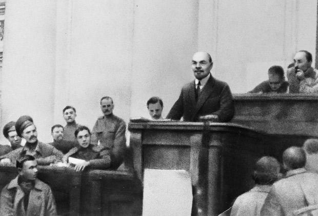 В.И.Ленин выступает с оглашением и разъяснениями своих Апрельских тезисов в Таврическом дворце, апрель 1917 года