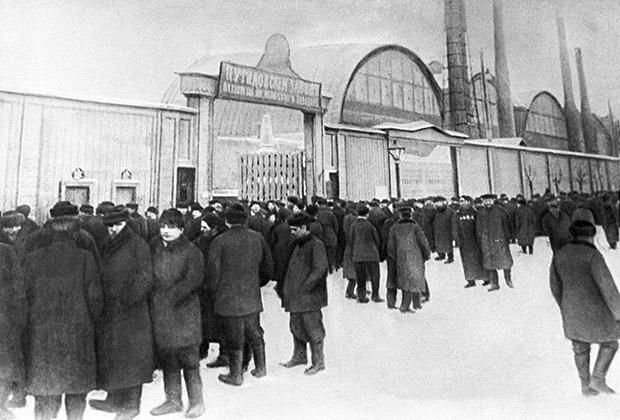 Бастующие рабочие у ворот Путиловского завода во время стачки, январь 1905 года