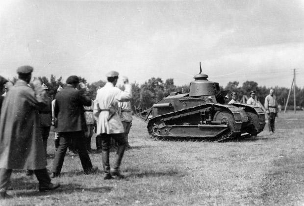 """Рабочая делегация приветствует взятие красными французского танка """"Рено"""" на Южном фронте,1919 год"""