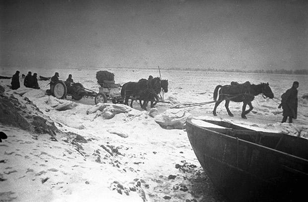 Артиллерия переправляется по льду Волги, декабрь 1942 года