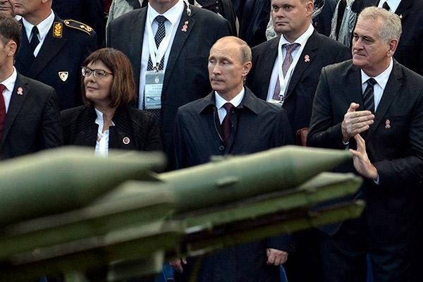 Российский президент Владимир Путин и сербский президент Томишлав Николич на параде в честь 70-летия освобождения Белграда, октябрь 2014 года