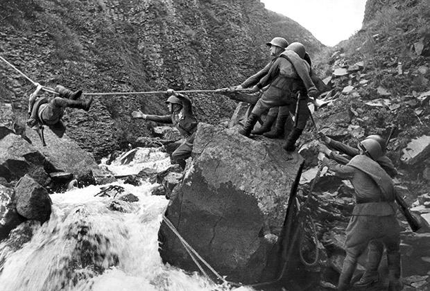 Бои Красной армии и японцев на Халхин-Голе. Переправа бойцов через горную реку, 1939 год.