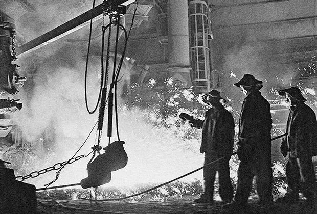 Сталевары во время работы в доменном цехе Кузнецкого металлургического комбината, 1958 год