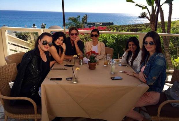 Слева направо: Хлоя, Кайли, Брюс, Ким, Кортни и Кендалл