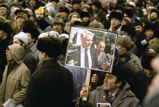 Мужчина с плакатом в поддержку Бориса Ельцина на митинге в Москве, март 1991 года