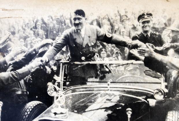 Толпа приветствует Гитлера