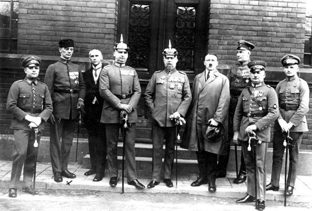 Слева направо: Хайнц Перне, доктор Фридрих Вебер, Вильгельм Фрик, Герман Крибель, Эрих Людендорф, Адольф Гитлер, Эрнст Рем, Вильгельм Брукнер, Роберт Вагнер