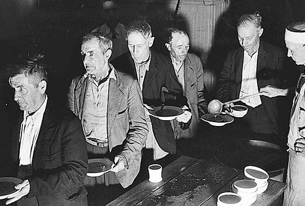 Безработные в очереди за бесплатным супом во время Великой депрессии в США (1936 год)