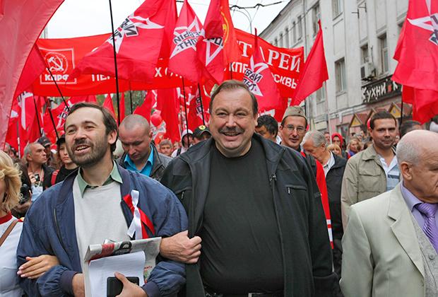 Если Геннадия Гудкова (справа) из Думы выгнали оппоненты, то Пономарева просит на выход собственная партия.