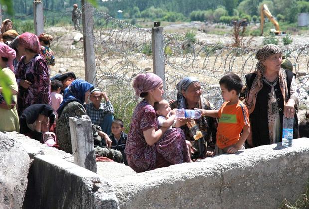 Беженцы из города Ош на границе Киргизии и Узбекистана, 14 июня 2010 года