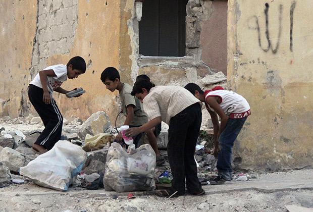 Дети копаются в мусоре, Алеппо, Сирия