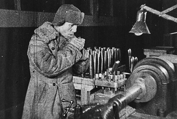Советский рабочий на заводе, 1942 год