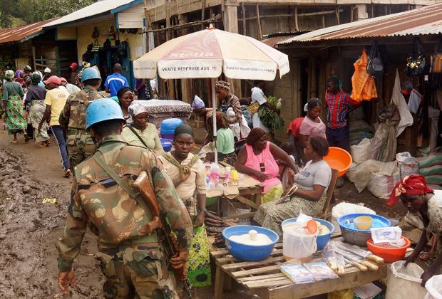 Индийские миротворцы патрулируют рынок в Демократической республике Конго