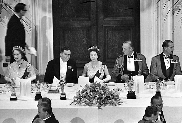 Елизавета II на официальном приеме в честь годовщины битвы (Лондон, 12 июня 1965 года)