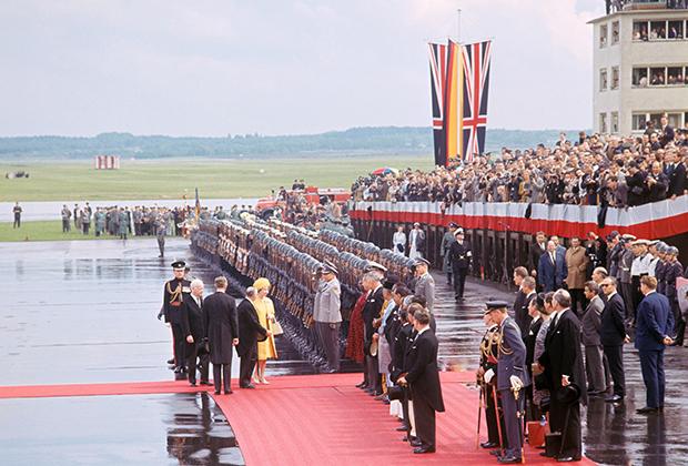 Елизавета II прибывает с государственным визитом в ФРГ (18 мая 1965 года)