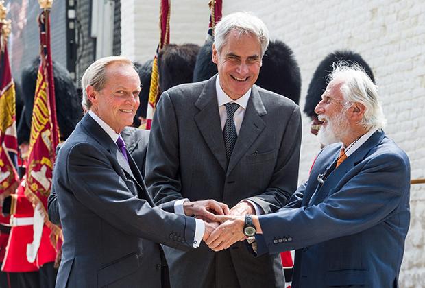 9-й герцог Веллингтон, Шарль Бонапарт и 8-й князь Блюхер Вальштаттский жмут друг другу руки на церемонии открытия замка Угомон