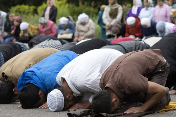 Мусульмане на улице у уфимской мечети Ляля Тюльпан во время намаза в день праздника Ураза-байрам