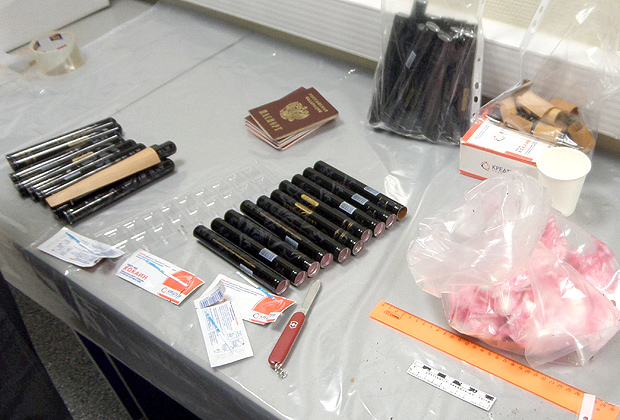 В багаже обнаружено и изъято более 947 граммов кокаина, сокрытого в металлических тубусах из-под сигар, март 2015года