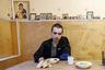 Пациент в столовой в реабилитационном центре для наркоманов