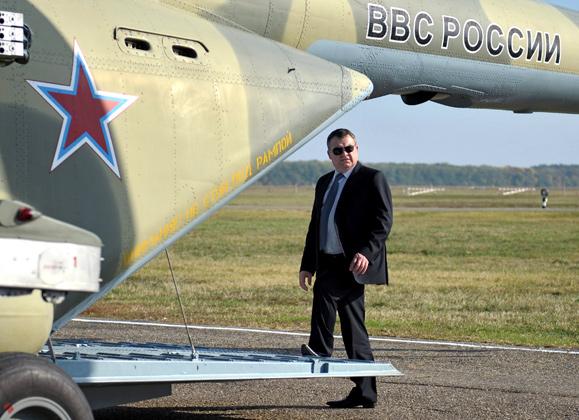 Министр обороны России Анатолий Сердюков во время посещения 393-й Севастопольской авиационной базы армейской авиации в городе Кореновске, 2011 год