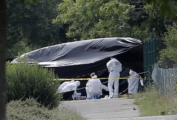 Полиция осматривает место теракта на химзаводе во Франции