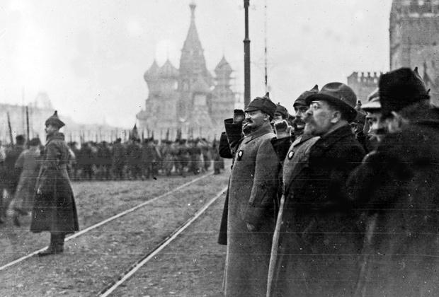 Лев Троцкий принимает военный парад, 20 ноября 1922 года