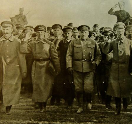 Лев Троцкий (справа) и командиры Красной армии, 1918 год