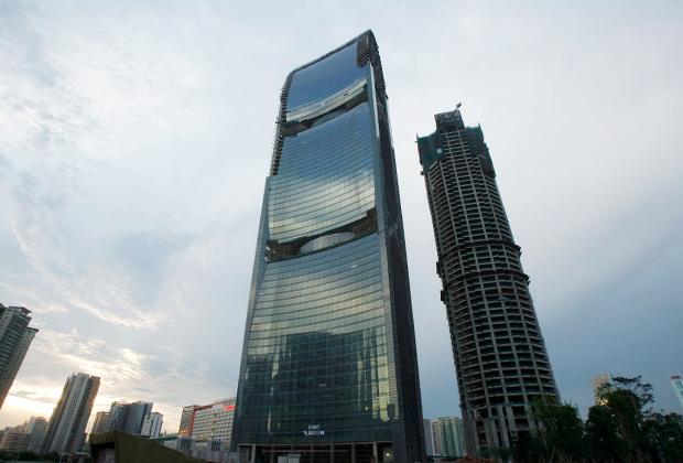 Строительство небоскреба Pearl River Tower (слева), спроектированного архитектором Гордоном Гиллом. Август 2010 года.