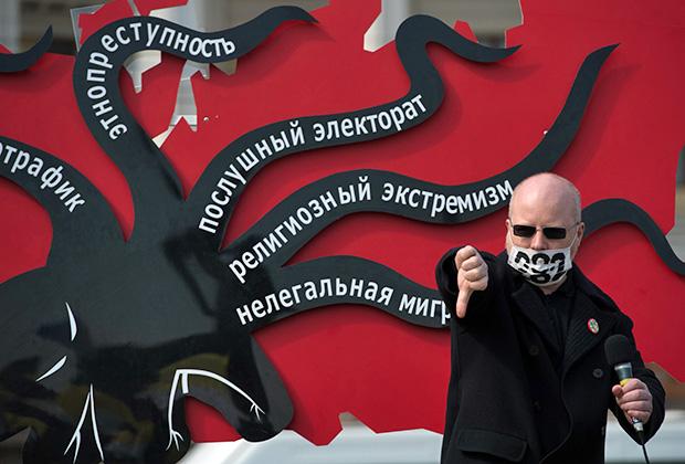Националист Константин Крылов выступает на митинге в рамках общероссийской акции «Визам — да!» за введение визового режима со странами Средней Азии и Закавказья