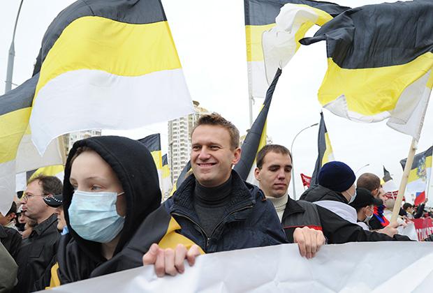Блогер Алексей Навальный (в центре) на митинге «Русский марш» в столичном районе Люблино