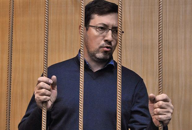 Бывший лидер Движения против незаконной иммиграции Александр Поткин (Белов) перед началом заседания Тверского районного суда